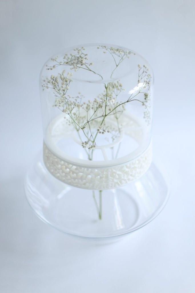 Dopełnienie - dyplom magisterski ASP Wrocław, wazon ze szkła w połączeniu z drukiem 3D, kwiat wewnątrz wazonu.