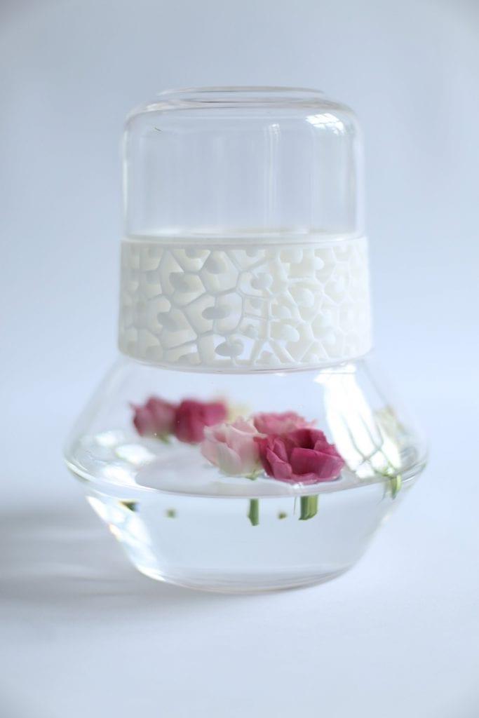 Kwiaty wewnątrz wazonu ze szkła w połączeniu z drukiem 3D.