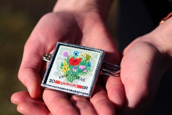 Dzikie Twory - broszka ze znaczkiem pocztowym bukiet kwiatów polnych