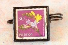 Dzikie Twory broszka ze znaczkiem pocztowym frezja ogrodowa