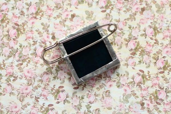 Dzikie Twory - broszka ze znaczkiem pocztowym kwiat odontonia