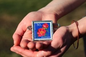 Dzikie Twory - broszka ze znaczkiem pocztowym kwiat piwonia