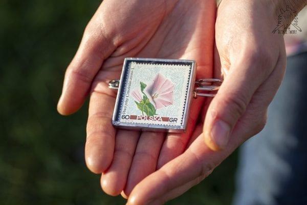 Dzikie Twory - broszka ze znaczkiem pocztowym kwiat powój polny