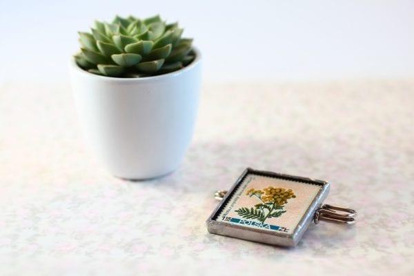 Dzikie Twory - broszka ze znaczkiem pocztowym kwiat wrotycz pospolity