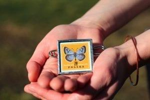Dzikie Twory - broszka ze znaczkiem pocztowym motyl modraszek arion