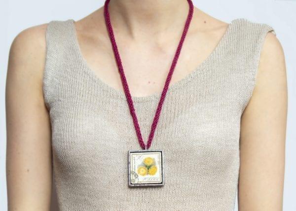Dzikie Twory - długość naszyjnika ze znaczkiem pocztowym kwiat centuria