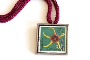 Dzikie Twory naszyjnik ze znaczkiem pocztowym caralluma zbliżenie na detal