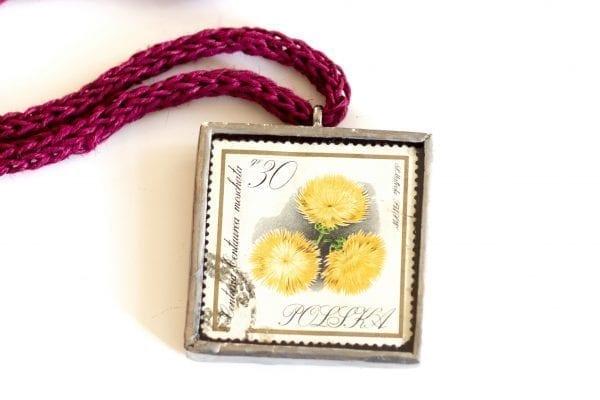 Dzikie Twory naszyjnik ze znaczkiem pocztowym centuria zbliżenie na detal