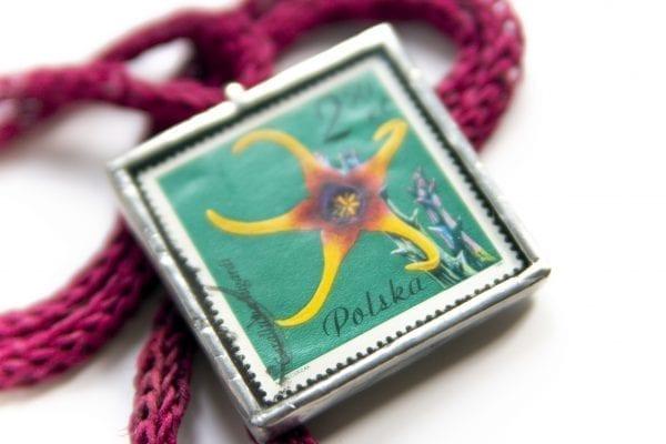 Dzikie Twory - naszyjnik ze znaczkiem pocztowym kwiat caralluma zbliżenie1