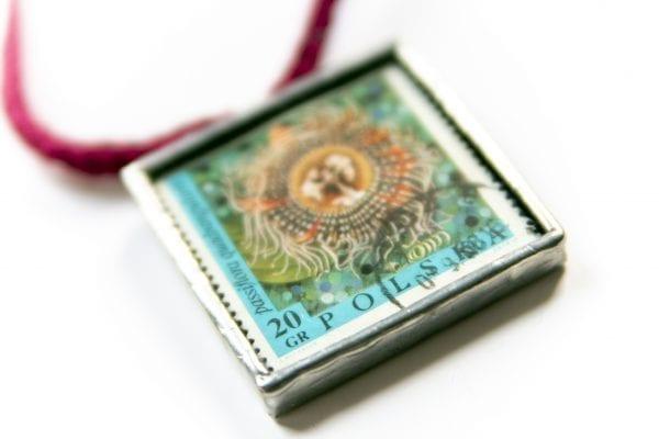 Dzikie Twory - naszyjnik ze znaczkiem pocztowym kwiat passiflora zbliżenie