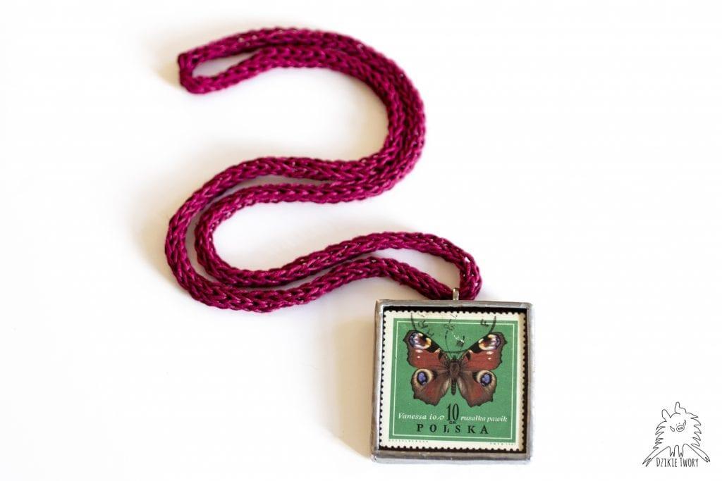 Dzikie Twory naszyjnik ze znaczkiem pocztowym motyl rusałka pawik