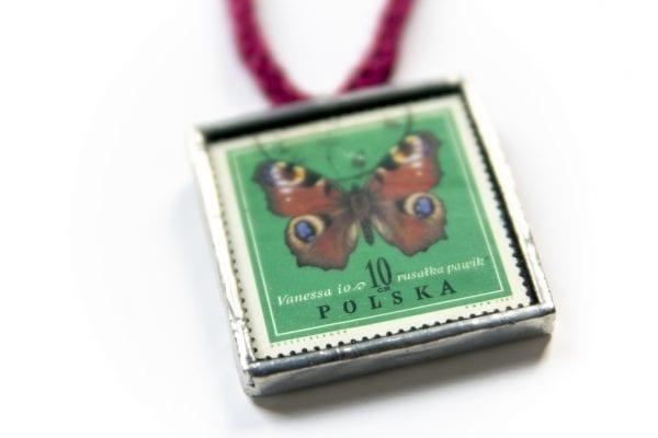Dzikie Twory - naszyjnik ze znaczkiem pocztowym motyl rusałka pawik zbliżenie