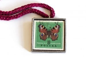 Dzikie Twory naszyjnik ze znaczkiem pocztowym motyl rusałka pawik zbliżenie na detal