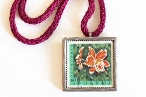 Dzikie Twory - naszyjnik ze znaczkiem pocztowym Odontonia zbliżenie na detal