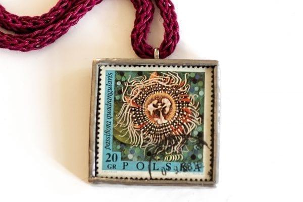 Dzikie Twory naszyjnik ze znaczkiem pocztowym passiflora zbliżenie na detal