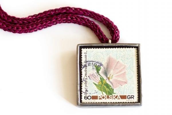 Dzikie Twory naszyjnik ze znaczkiem pocztowym powój zbliżenie na detal