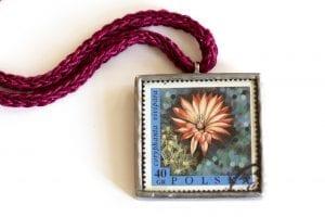 Dzikie Twory - naszyjnik ze znaczkiem pocztowym zbliżenie na detal.
