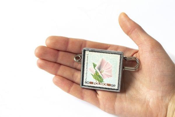 Dzikie Twory - wielkość broszki ze znaczkiem pocztowym powój polny