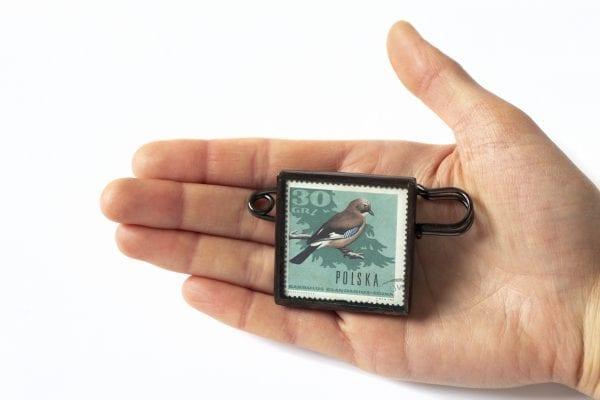 Dzikie Twory - wielkość broszki ze znaczkiem pocztowym sójka