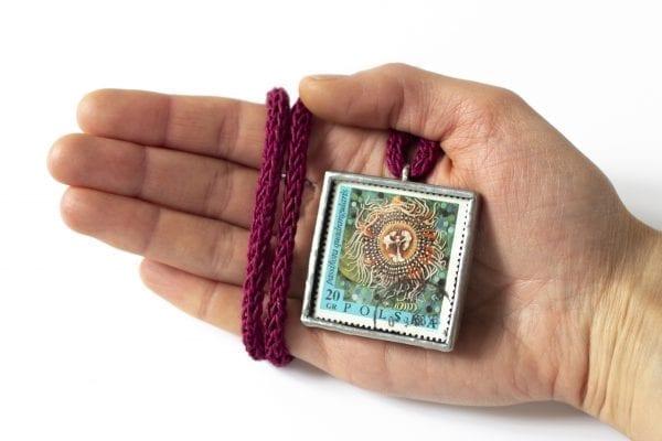 Dzikie Twory - wielkość naszyjnika ze znaczkiem pocztowym kwiat passiflora
