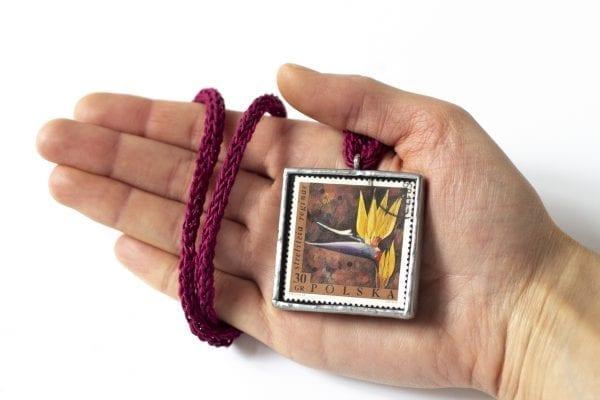 Dzikie Twory - wielkość naszyjnika ze znaczkiem pocztowym kwiat strelizia