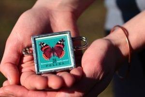 Dzikie Twory - broszka ze znaczkiem pocztowym motyl rusałka rusałka admirał