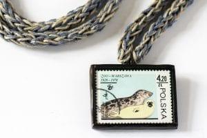Dzikie Twory - naszyjnik ze znaczkiem pocztowym foki zoo warszawa detal