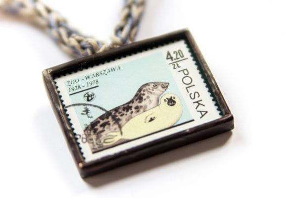 Dzikie Twory - naszyjnik ze znaczkiem pocztowym foki zoo zbliżenie