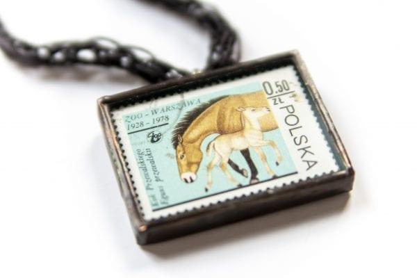 Dzikie Twory - naszyjnik ze znaczkiem pocztowym konie zoo zbliżenie
