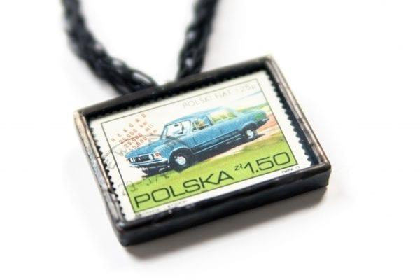 Dzikie Twory - naszyjnik ze znaczkiem pocztowym polski fiat 125p zbliżenie