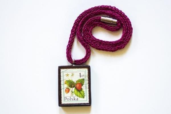 Dzikie Twory - naszyjnik ze znaczkiem pocztowym poziomka