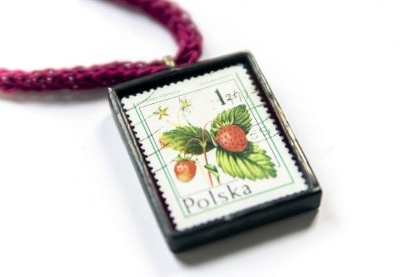 Dzikie Twory - naszyjnik ze znaczkiem pocztowym poziomka zbliżenie