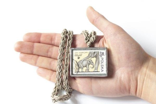 Dzikie Twory - naszyjnik ze znaczkiem pocztowym słonie zoo Warszawa wielkość