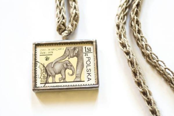 Dzikie Twory - naszyjnik ze znaczkiem pocztowym słonie zoo Warszawa zbliżenie