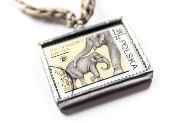 Dzikie Twory - naszyjnik ze znaczkiem pocztowym słonie zoo zbliżenie