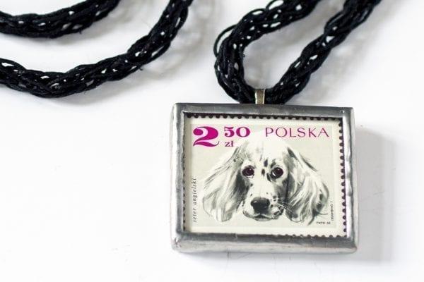 Dzikie Twory - naszyjnik ze znaczkiem pocztowym seter angielski detal