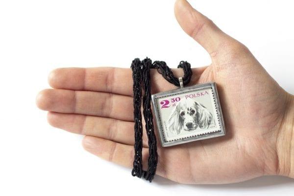 Dzikie Twory - naszyjnik ze znaczkiem pocztowym seter angielski wielkość
