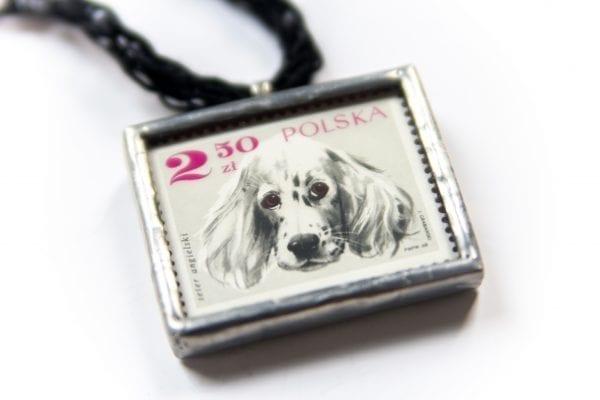 Dzikie Twory - naszyjnik ze znaczkiem pocztowym seter angielski zbliżenie