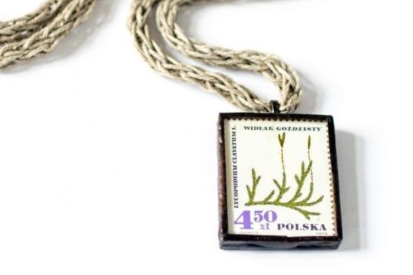 Dzikie Twory - naszyjnik ze znaczkiem pocztowym widłak goździsty detal