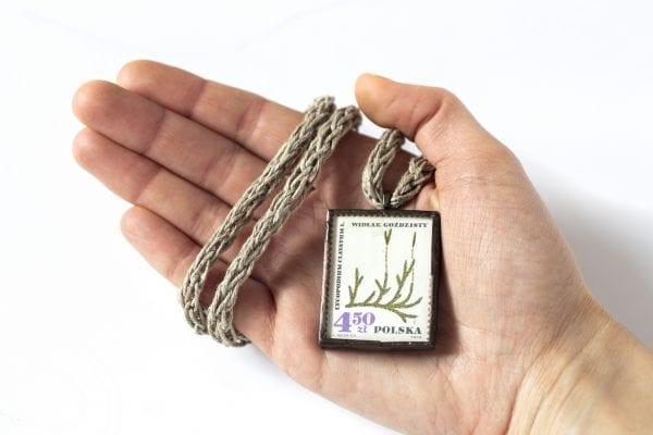 Dzikie Twory - naszyjnik ze znaczkiem pocztowym widłak goździsty wielkość
