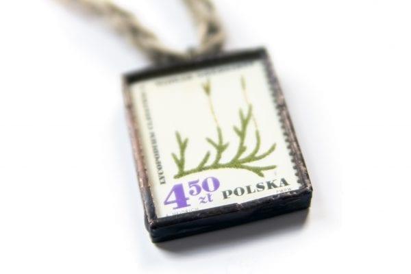 Dzikie Twory - naszyjnik ze znaczkiem pocztowym widłak zbliżenie