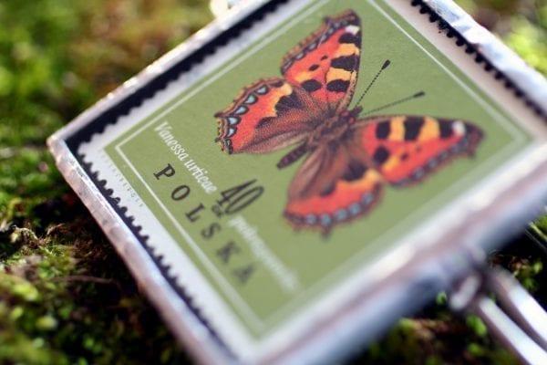 Dzikie Twory - broszka ze znaczkiem pocztowym z 1967 roku, motyl rusałka pokrzywnik (4)