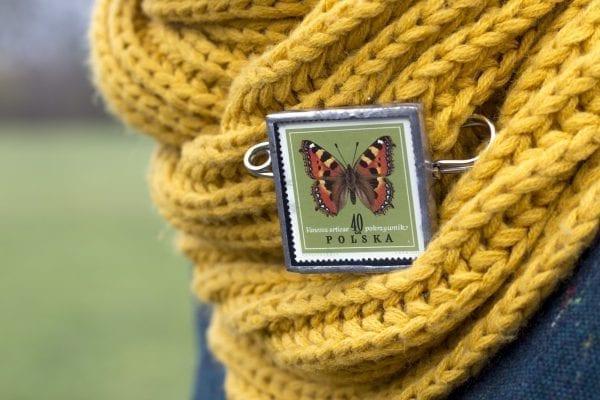 Dzikie Twory - broszka ze znaczkiem pocztowym z 1967 roku, motyl rusałka pokrzywnik - przypięta do szala (1)