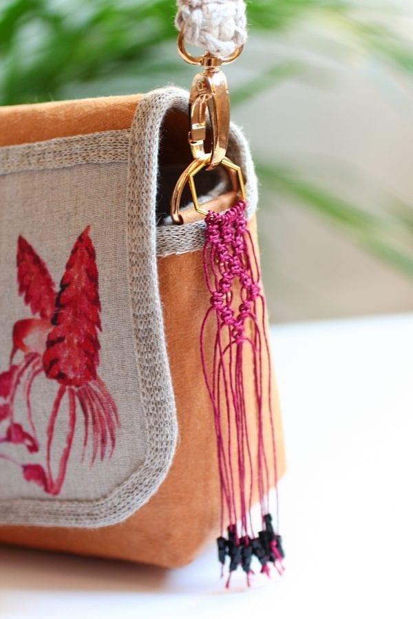 Dzikie Twory - mała torebka z lnu i washpapy, akwarelowe kolibry - makramowy breloczek