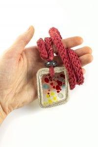 Dzikie Twory - szklany naszyjnik na bawełnianym łańcuszku - kolorowe kropki3