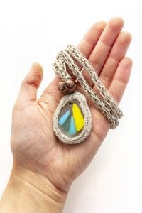 Dzikie Twory - szklany naszyjnik na lnianym łańcuszku - niebieskie i żółta smuga