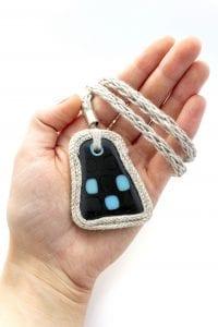 Dzikie Twory - szklany naszyjnik na lnianym łańcuszku - niebieskie kwadraty na czarnym tle