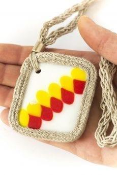Dzikie Twory - szklany naszyjnik na lnianym łańcuszku - żółte i czerwone kwadraciki