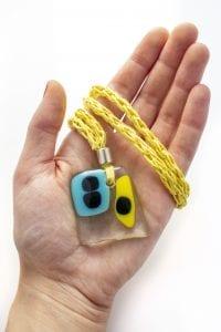 Dzikie Twory - szklany naszyjnik na żółtym lnianym łańcuszku - żółto niebiesko czarny