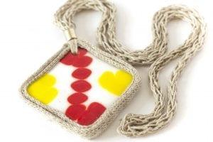 Dzikie Twory - szklany wisior na lnianym łańcuszku - czerwono-żółty wzór